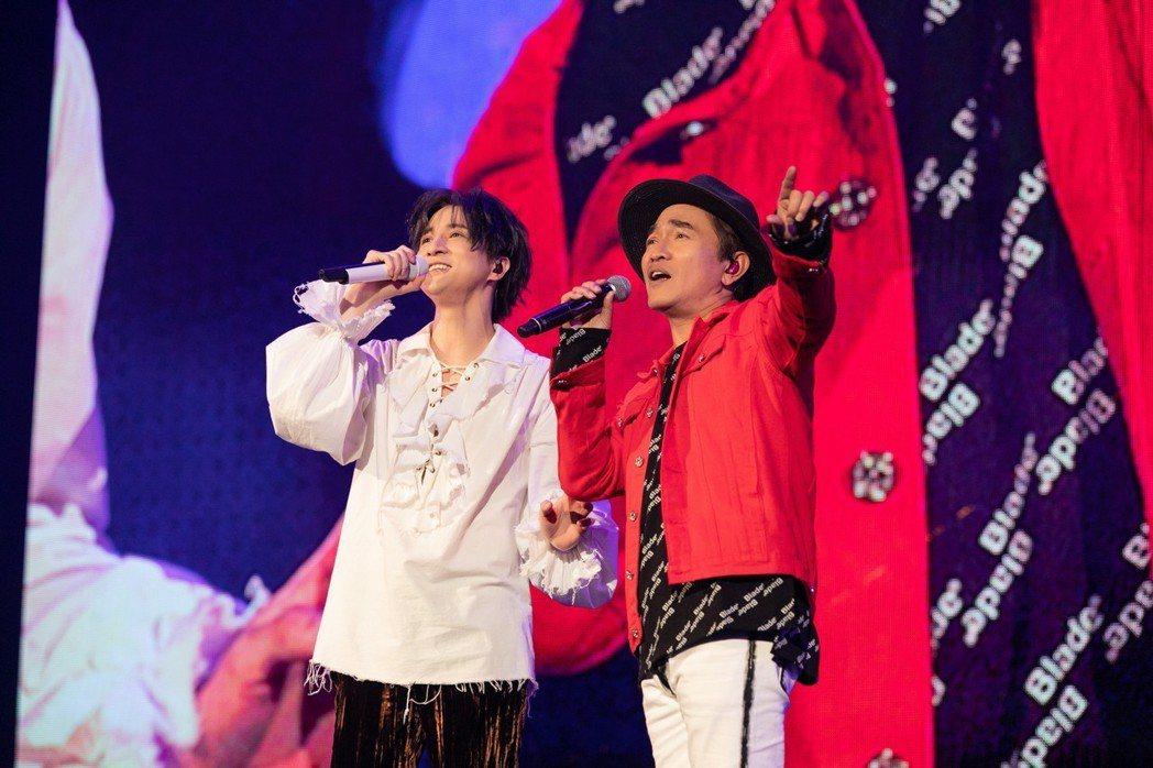 薛之謙(左)跟嘉賓吳宗憲對唱情歌「屋頂」。圖/IME提供