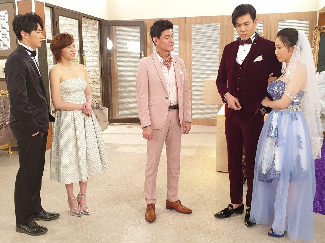 張家瑋(右起)、余秉諺、王中皇、王瞳、馬俊麟拍攝婚禮戲。圖/民視提供