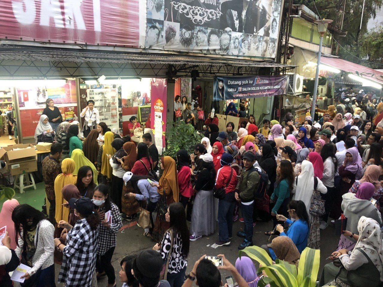 台北車站旁北平西路印尼街一家雜貨店成為投票所。記者侯俐安/攝影