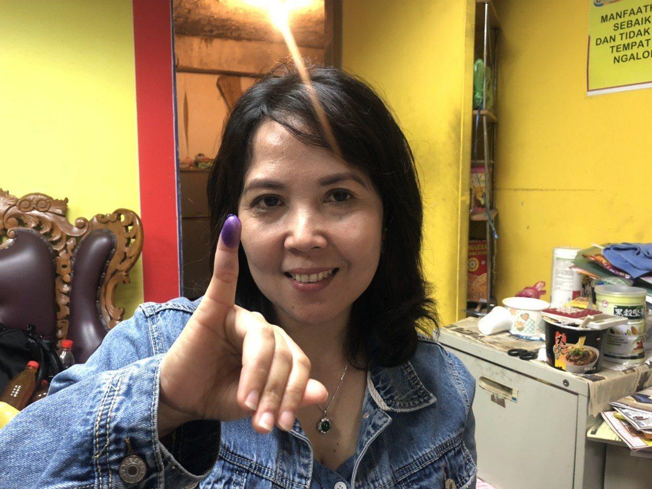 投票會在小拇指蓋上印章。記者侯俐安/攝影