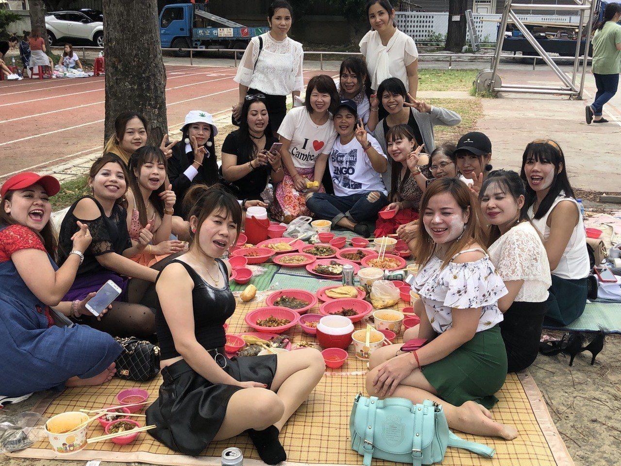 許多新住民姊妹聚餐共享潑水節幸福時光。記者卜敏正/攝影