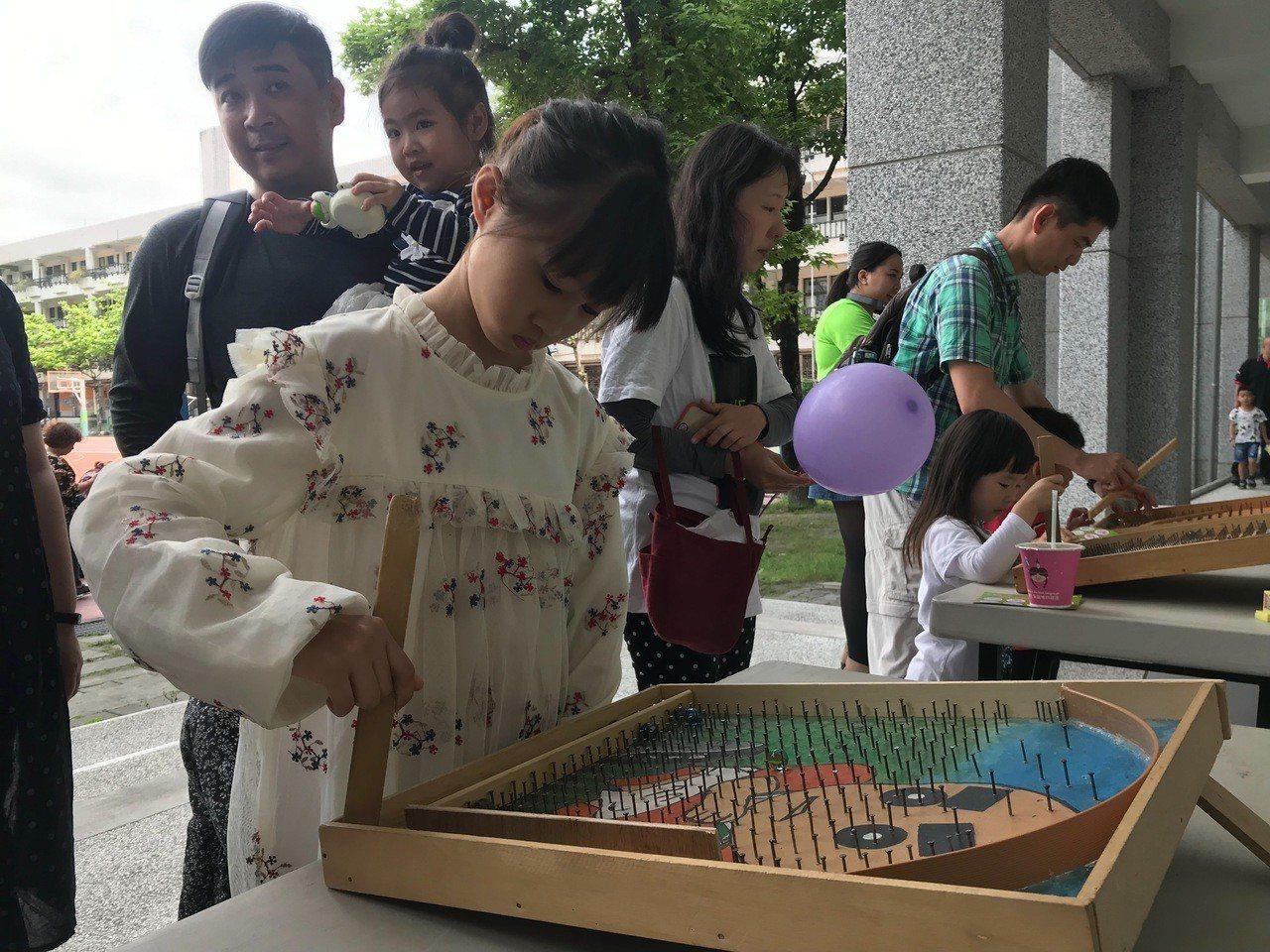 吳姓女童認為用手動玩遊戲是很新奇的體驗。記者王思慧/攝影