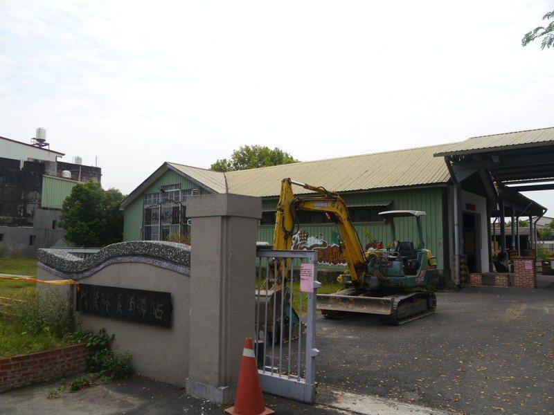 美濃菸葉輔導站已有80年歷史,此次整修將拆除外表包覆的鐵皮。記者徐白櫻/攝影