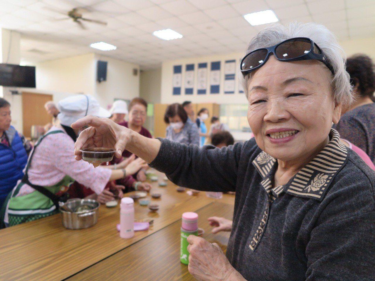 社區的阿嬤學會製做立體果凍,開心展示作品。照片/文彩燕提供