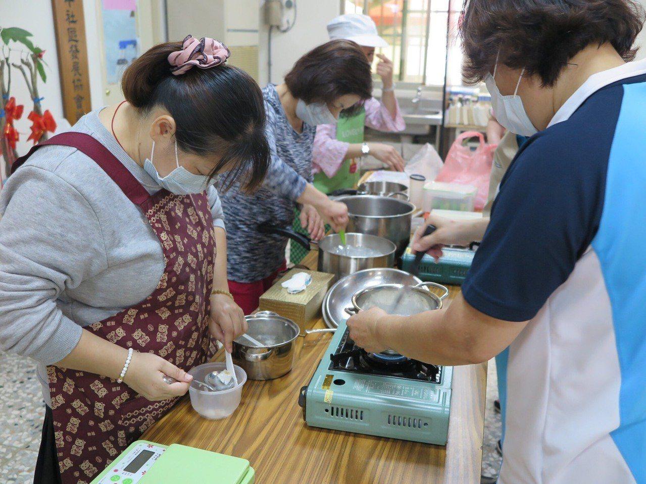 社區的婆婆媽媽跟著文彩燕學做立體果凍。照片/文彩燕提供