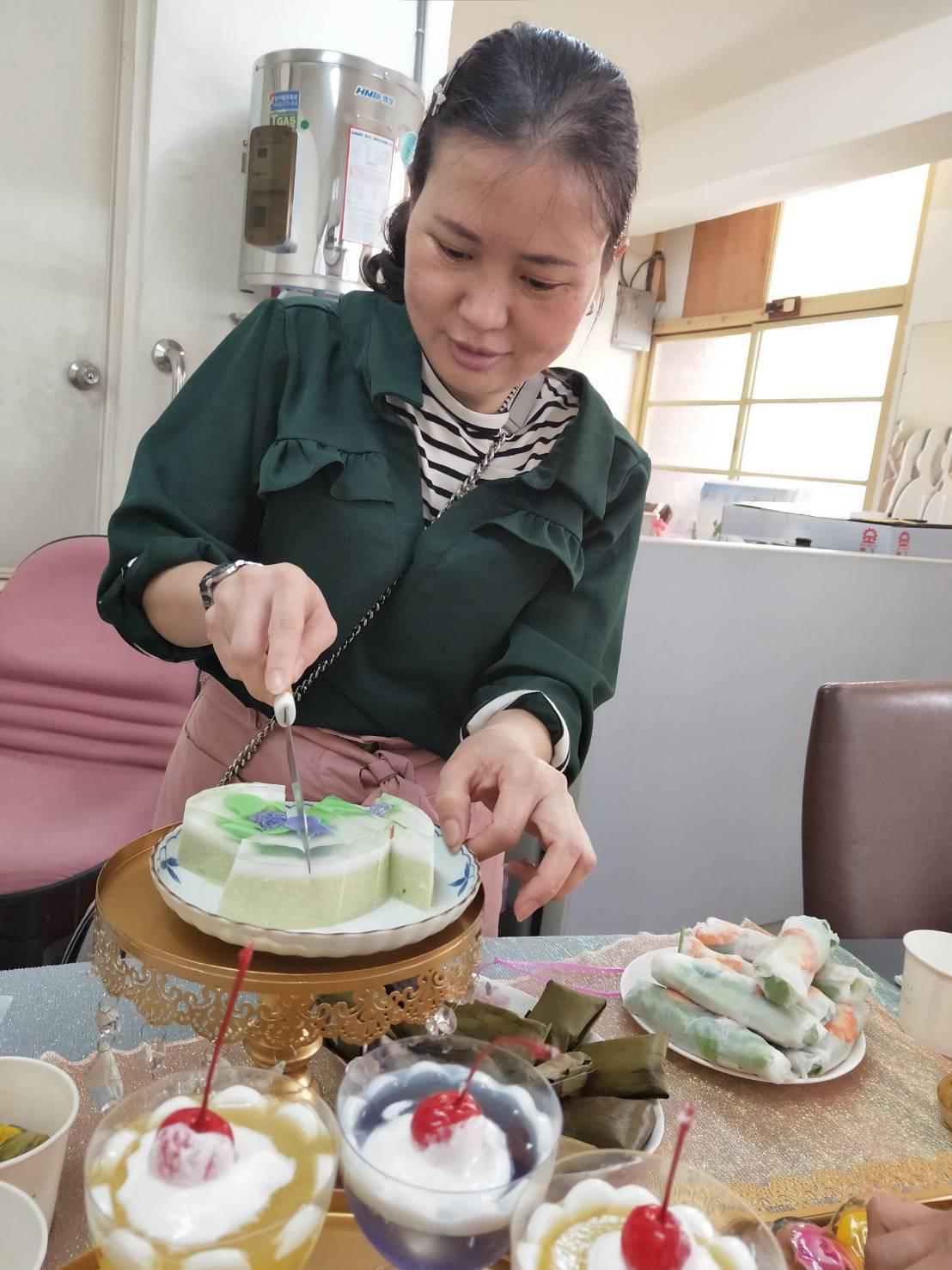 來自越南的新住民文彩燕近年常應邀到各地社區、家政班和學校傳授製作立體果凍。記者何...