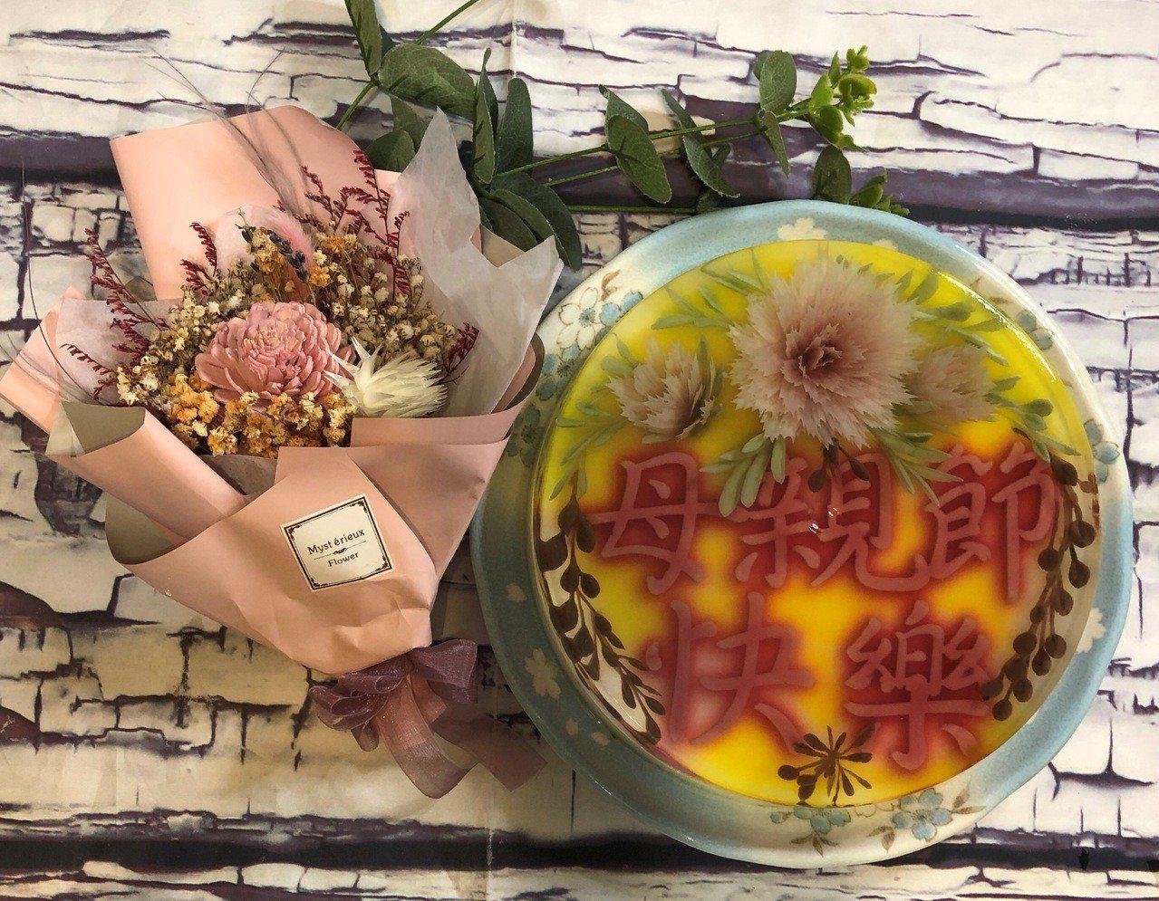 文彩燕為即將到來的母親節,設計製做立體藝術果凍。記者何烱榮/攝影