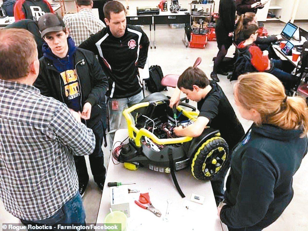 高中生動手改裝玩具車讓席尼代步。 圖/英國每日郵報