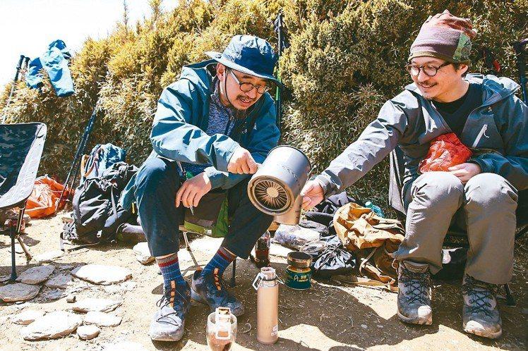 在高山上沖一杯熱咖啡,就是最好的享受。 王騰毅/攝影
