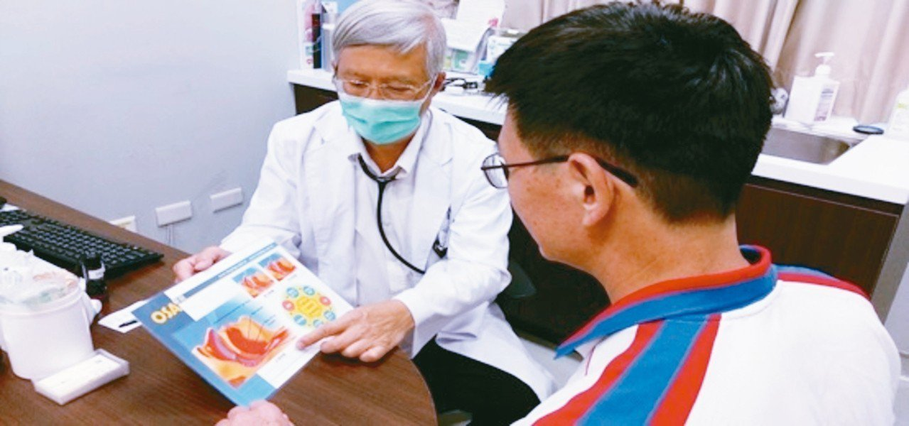 長安醫院胸腔科醫師周志和(左)指出,中重度以上的呼吸中止症患者,最好配戴呼吸器(...
