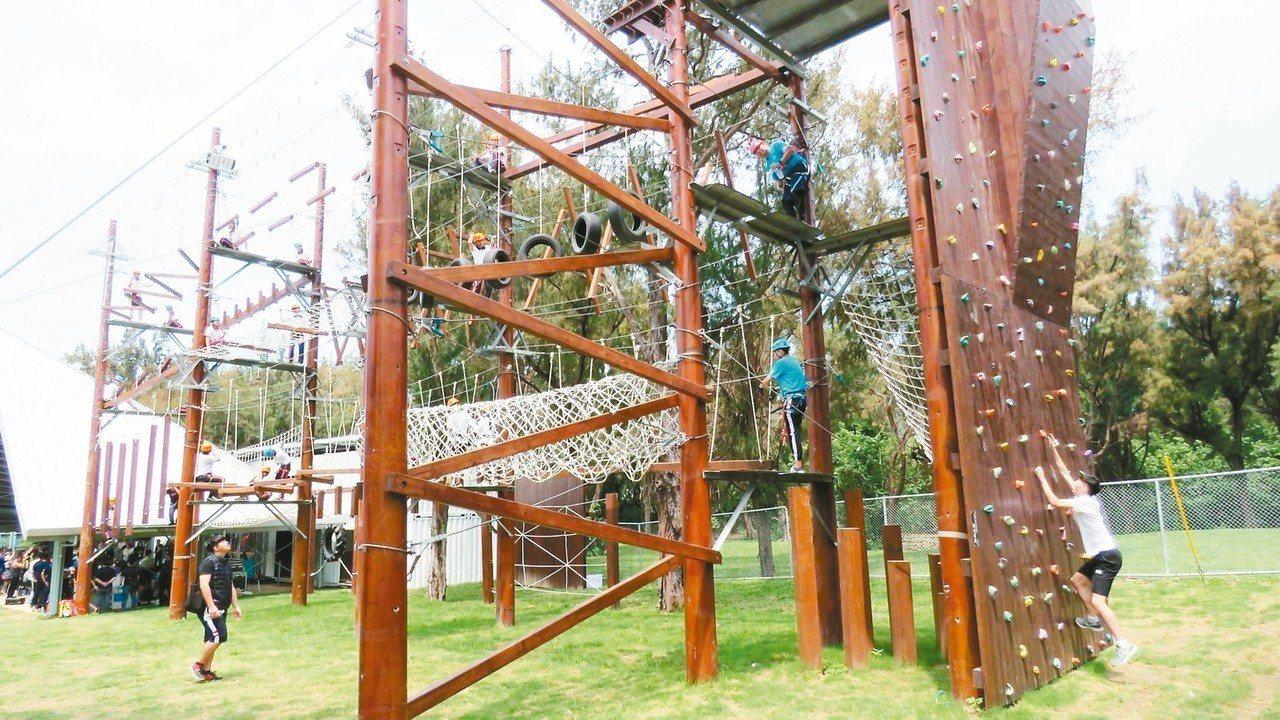 桃園市新屋青年體驗學習園區的自我確保設施共有3層,每層設有8個關卡,3層同時進行...