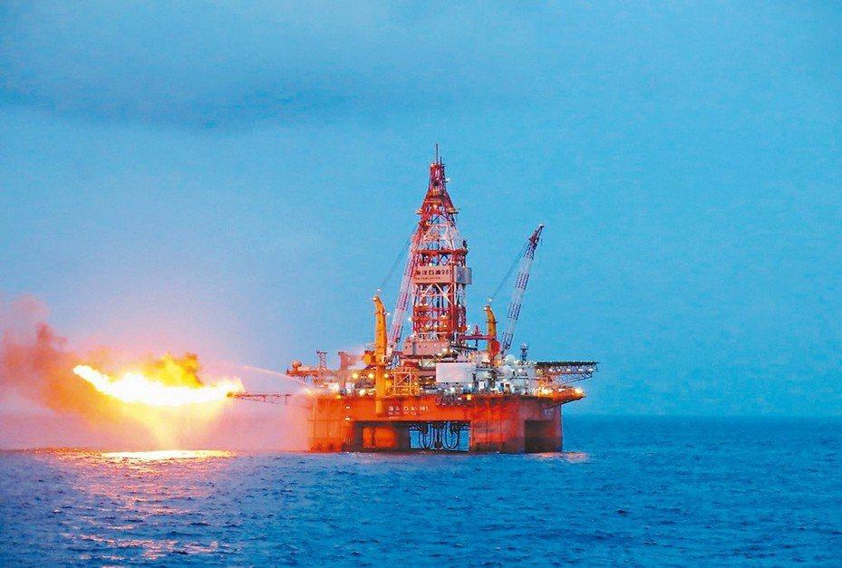 「海洋石油981」鑽井平台在南海作業情況。 (新華社資料照片)