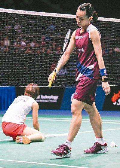 戴資穎(右)在新加坡羽賽冠軍戰獲勝,對手頹然而坐。 歐新社