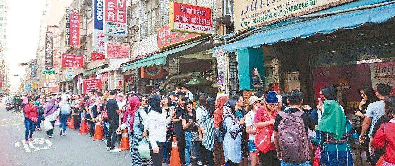 印尼大選海外投票昨展開。全台卅四處投票所幾乎都湧現長龍,圖為高雄火車站附近的投票...
