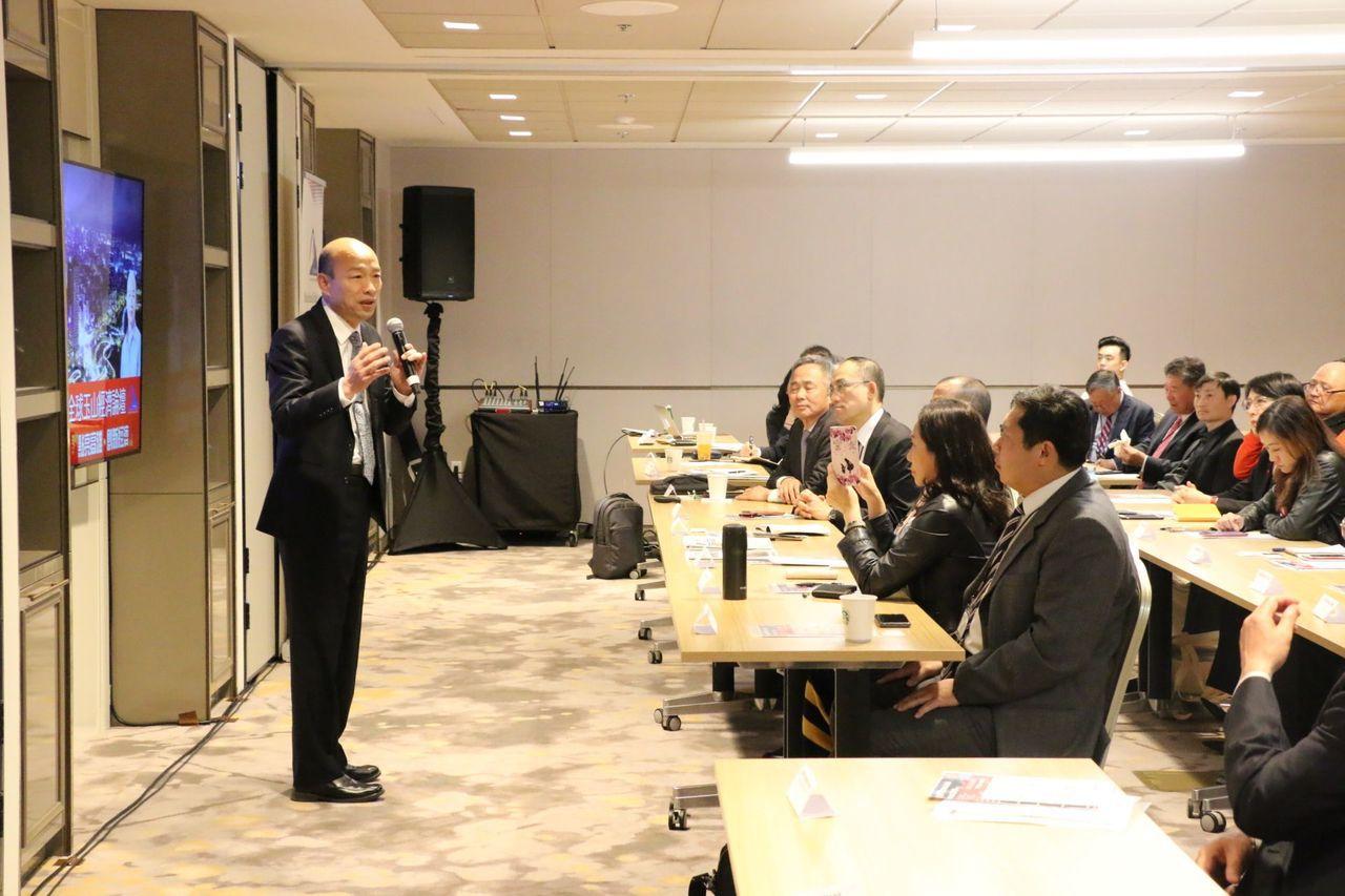 高雄市長韓國瑜參加全球玉山經濟論壇,開場時先唱一段「山」歌,把台灣和大陸的名山都...