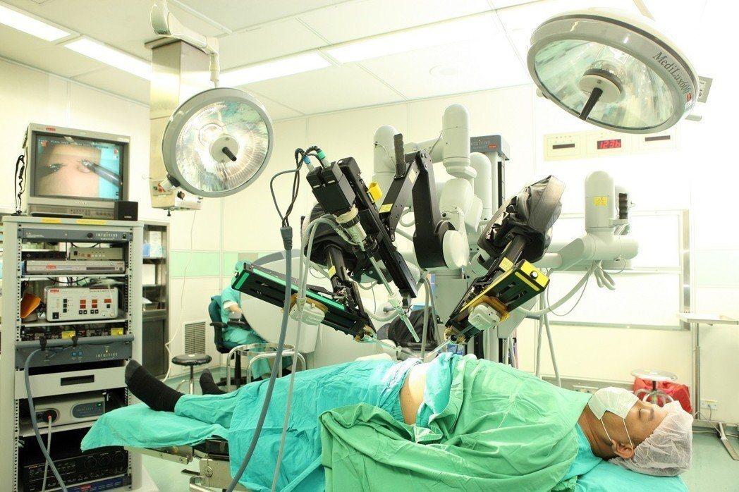 部分醫療院所申報達文西手臂手術異常,健保署預估應繳回三點三億元。 圖/聯合報系資...