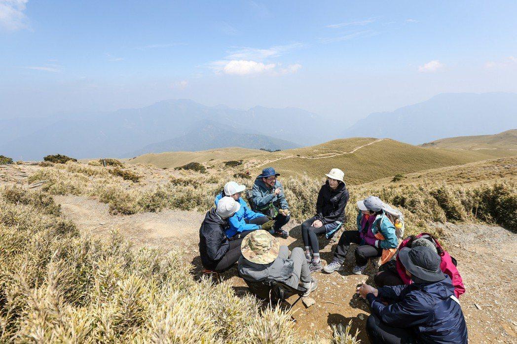 台灣著名社會文化觀察家詹偉雄在合歡北峰舉行高山讀書會。 王騰毅/攝影