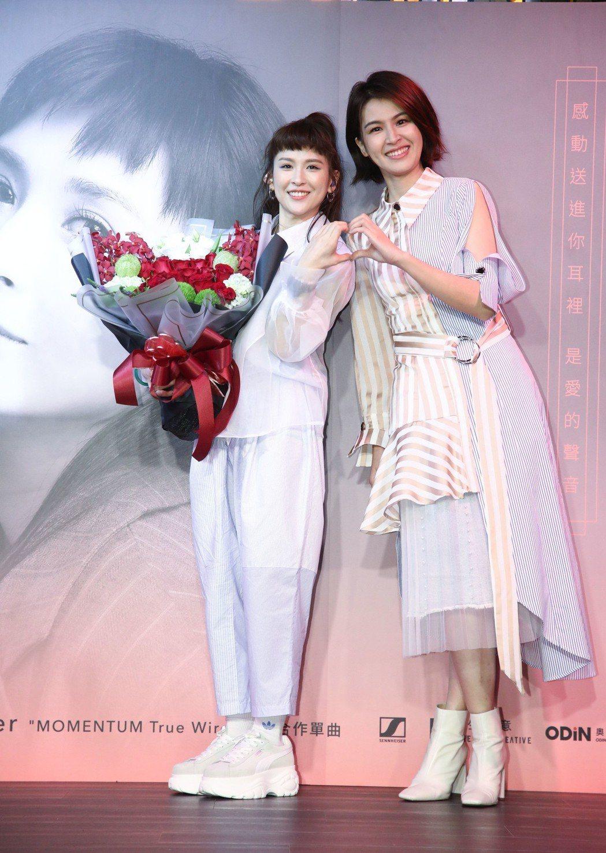 魏如昀(左)推出新單曲,曾沛慈到場力挺。圖/謀生創意提供