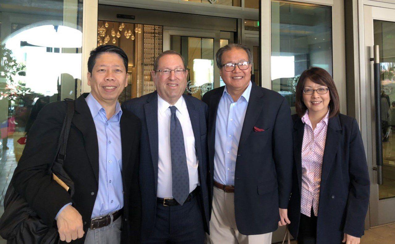 保羅·科瑞茲是民主黨籍洛杉磯市第五選區市議員議員(左二),未來有機會透過科瑞茲牽...