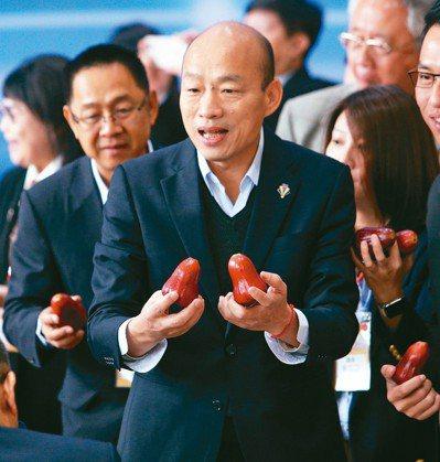 韓國瑜出國賣水果,到對岸簽MOU,惹得郭台銘嗆聲。 圖/聯合報系資料照片