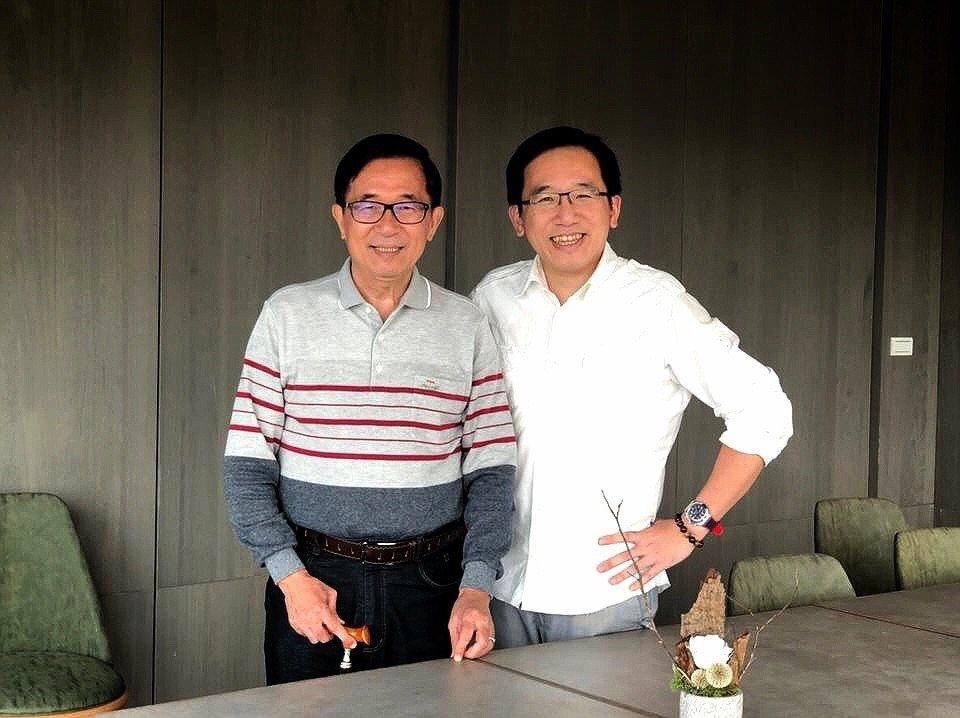 高市議員陳致中(右)說,父親陳水扁(左)在總統任內對台灣經濟相當有貢獻,韓國瑜再...