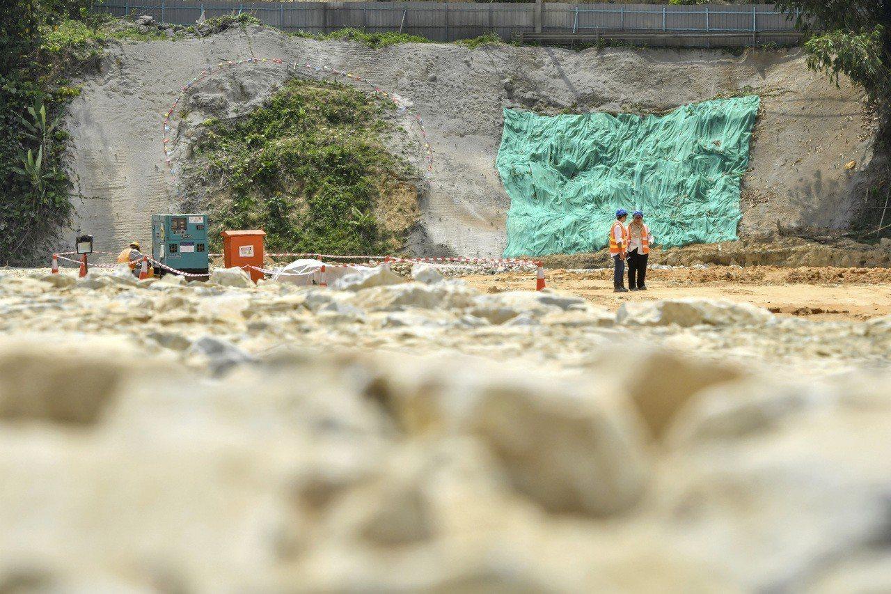 工程人員2017年在馬來西亞關丹附近的東海岸鐵路預定地勘查。 (美聯社)