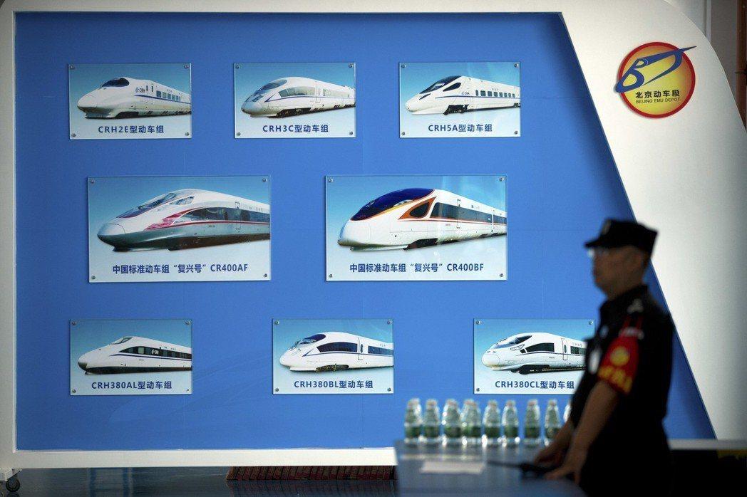 2018年北京中非合作論壇會場一張海報,展示大陸自製列車。 (美聯社)