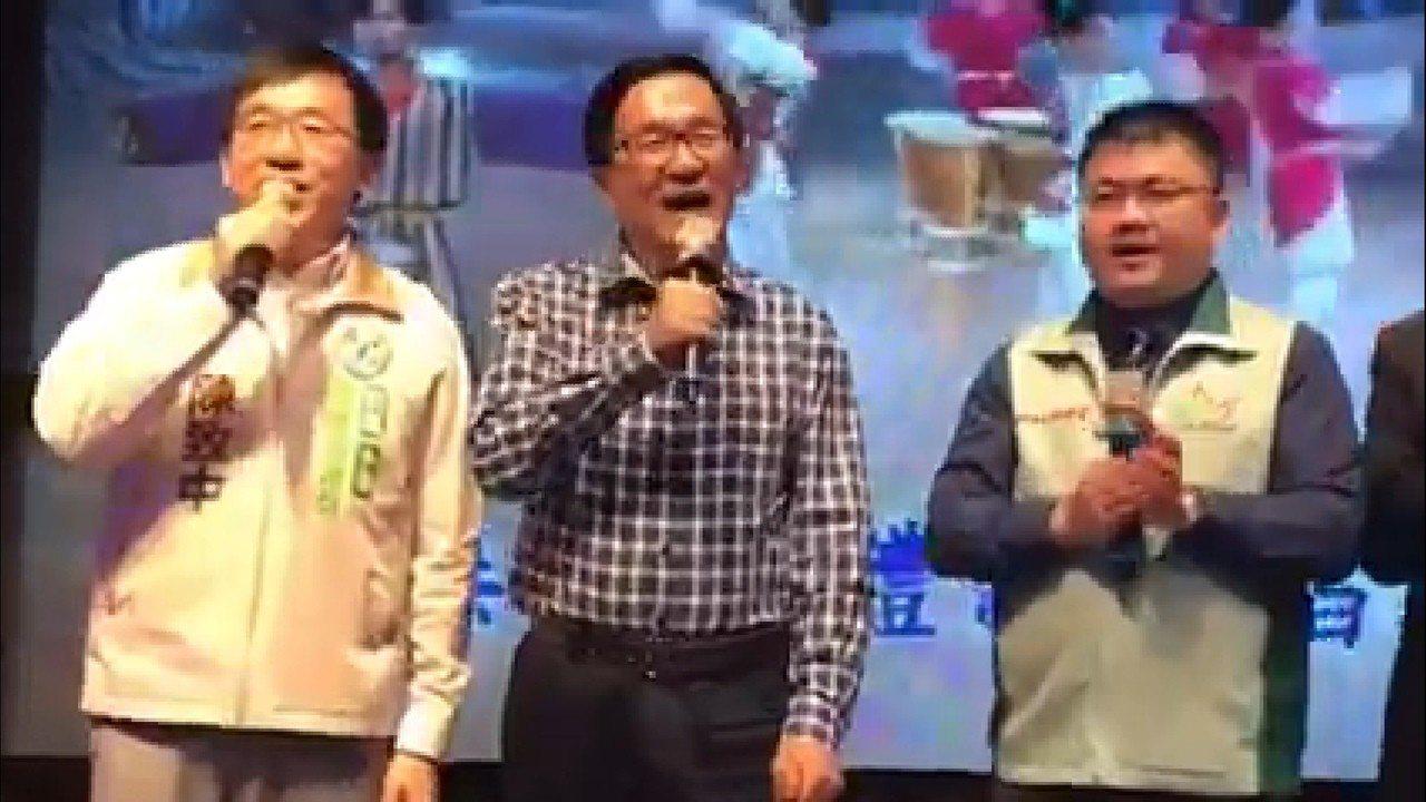 前總統陳水扁(中)和兒子陳致中(左)一起合唱。記者蔡孟妤/翻攝