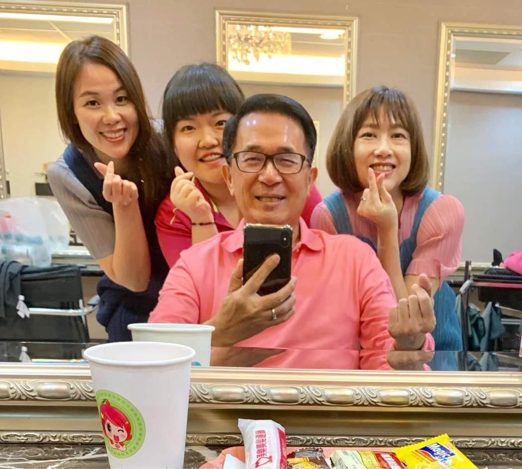 前總統陳水扁(前中)與3女合照,還手比愛心。圖/取自臉書「台灣勇哥粉絲團」