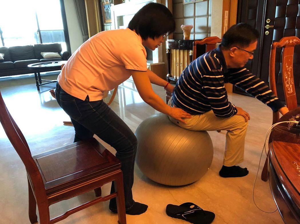 前總統陳水扁持續進行居家台療,高雄長庚醫療小組表示,他手抖的情況已有好轉,政治辯...