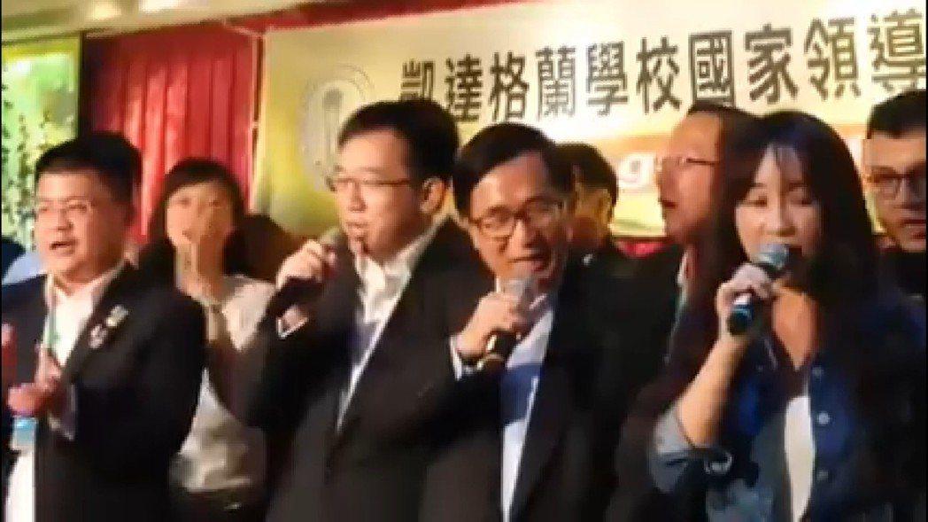 前總統陳水扁(右二)參加在高雄市三鳳宮舉行的「阿扁總統受政治迫害10周年紀念晚會...