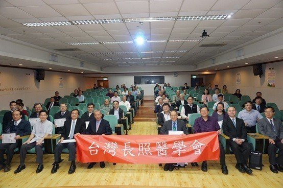 台灣長照醫學會的會員結合了中醫、西醫、牙醫界的醫師們共同參與,並與重要貴賓於會場...