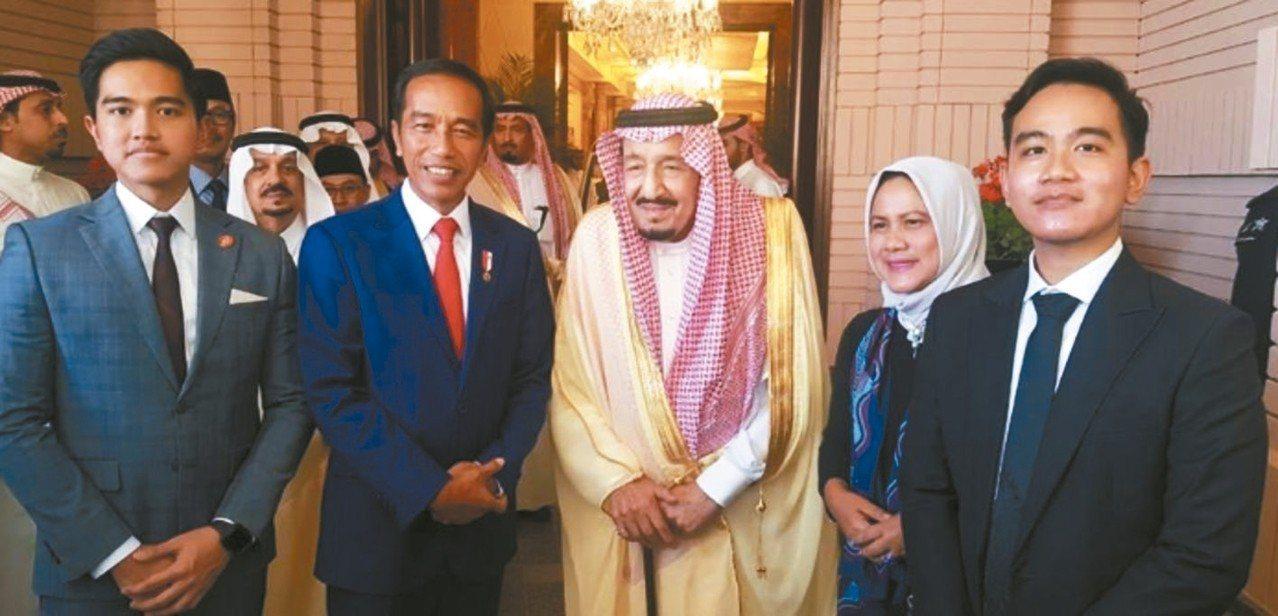 印尼總統佐科威(中)14日抵達沙烏地阿拉伯,會晤沙國國王沙爾曼(右)。 取自佐科...