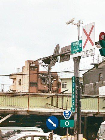 新北市交通局已於汐止區大同路埋下重兵,建置11組e-tag偵測器及利用3組智慧監...