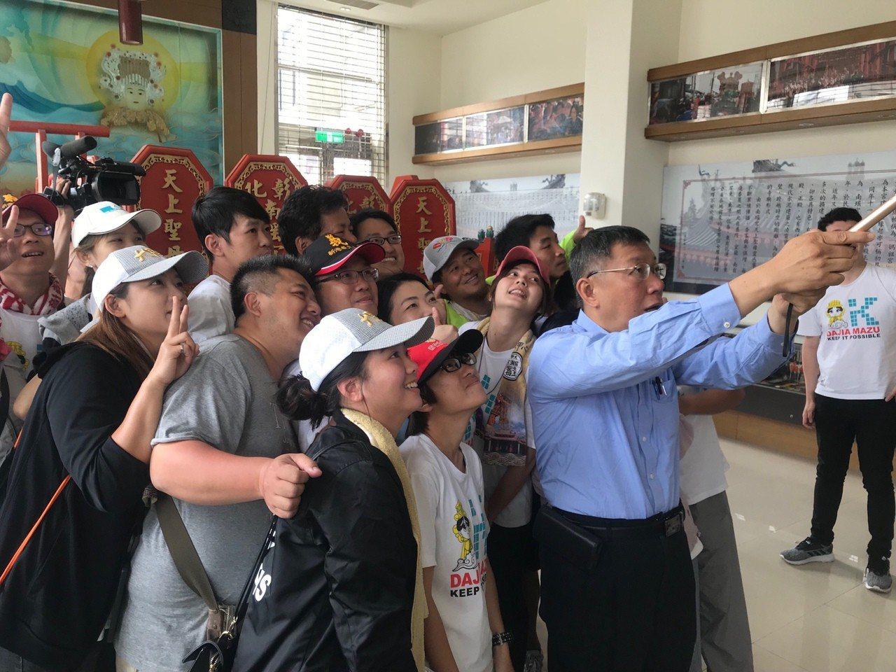 台北市長柯文哲的大甲媽還願之旅今天上午跟著媽祖回鑾行程從彰化市再出發,啟程前還有...