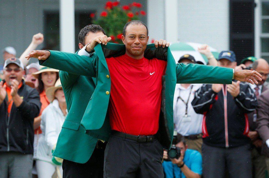 暌違14年再穿綠夾克的伍茲笑說:很不真實。路透