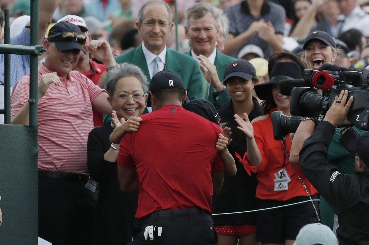 伍茲奪冠後賽後激動地擁抱兒子,重現22年前與父親相擁的溫馨畫面。 路透