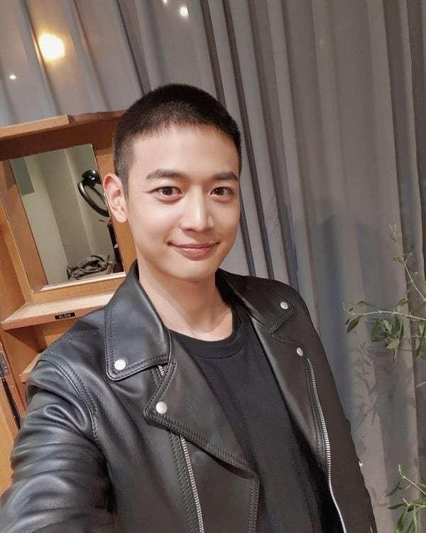 SHINee的珉豪當兵前夕剃了平頭。 圖/擷自SHINee IG