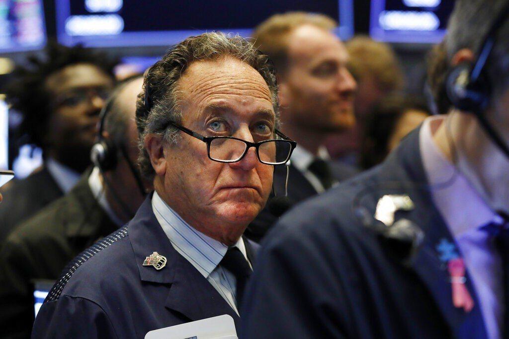 華爾街股市開低走低,主因是銀行股財報欠佳影響行情。 美聯社