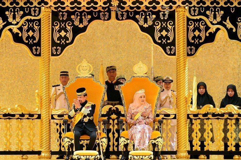 圖為汶萊蘇丹及王后,攝於2015年。 圖/路透社