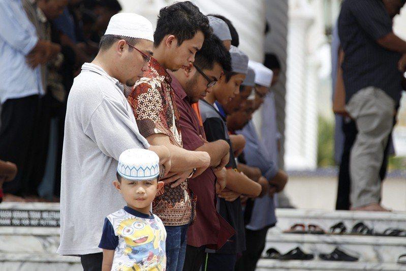 自1984年獨立後,汶萊奉行兩套司法制度,分別為民法及伊斯蘭法。圖為汶萊穆斯林。 圖/歐新社