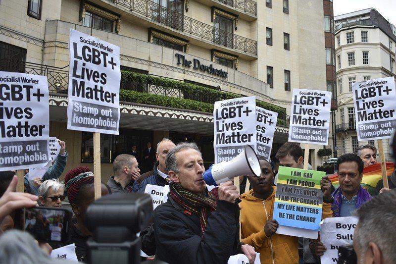 4月6日,人權組織及民眾在汶萊政府投資的多徹斯特飯店外抗議汶萊反同志法,攝於倫敦。 圖/美聯社