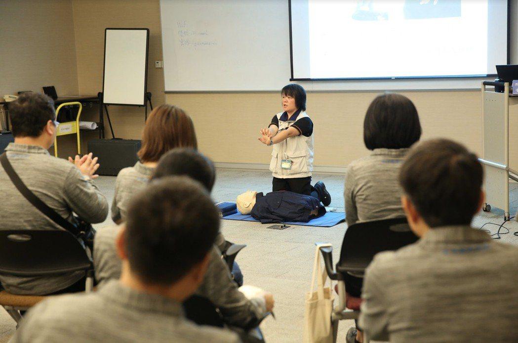 友信醫療集團員工認真學習CPR及AED四小時證照班課程。 友信醫療集團/提供