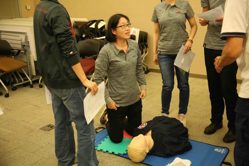 友信醫療集團總務暨人事部經理盧淑桂參加CPR及AED證照班收穫良多。 友信醫療集...