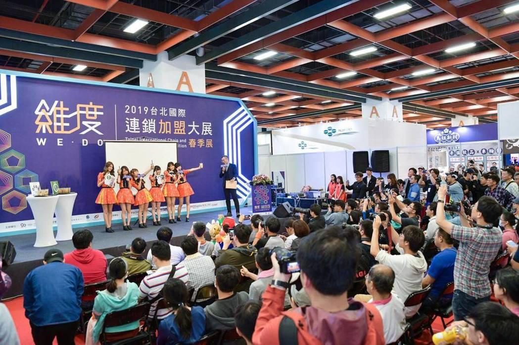 在連鎖加盟會場,AKB48 Team TP及謝謝珍珠受到許多民眾的喜愛和支持。 ...
