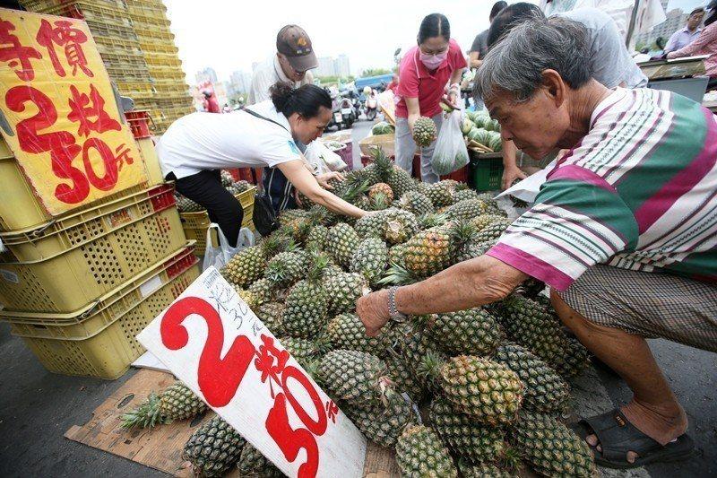 2018年6月,香蕉及鳳梨的價格曾一度崩跌。 圖/聯合報系資料照