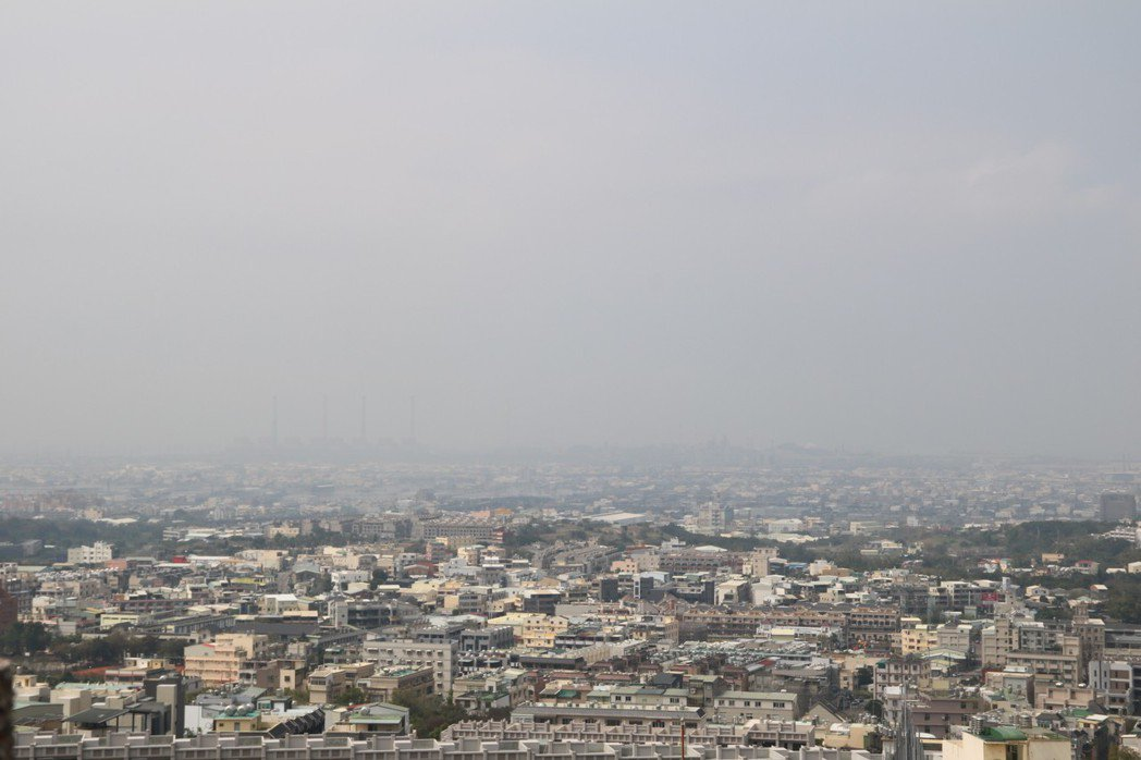 逆溫層發生時,空氣無法流通PM2.5濃度便提高。 弘光科大/提供。