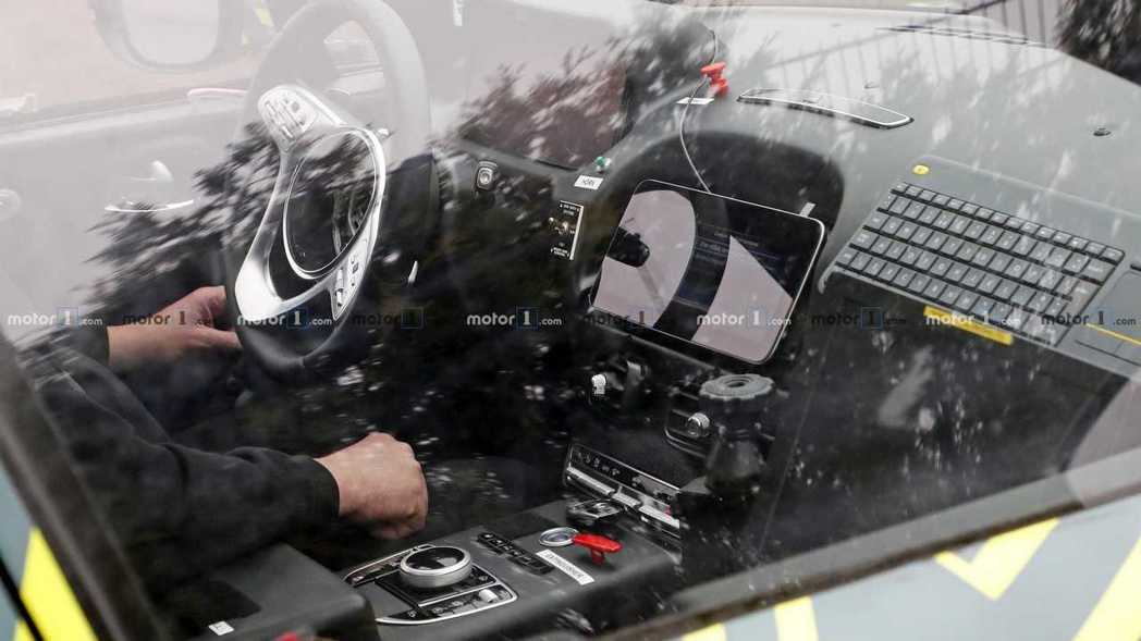 中控螢幕選單、中央鞍座旋鈕、方向盤等等都是Mercedes的系統。 摘自Moto...