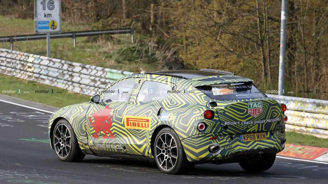 Aston Martin DBX的尾燈依舊還未完成。 摘自Motor1