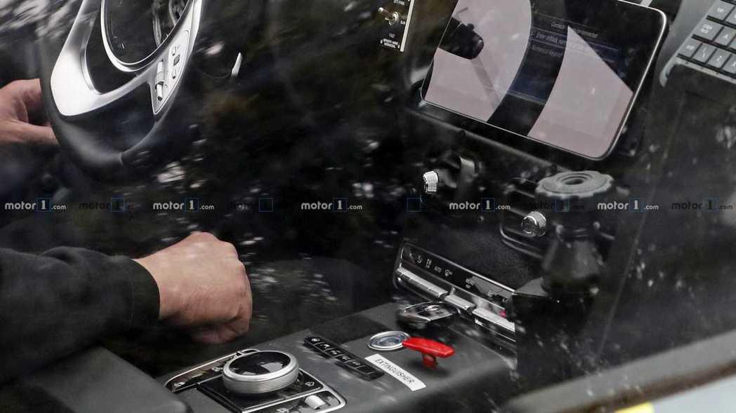 螢幕下方那把車鑰匙,更直接是Mercedes的三芒星廠徽。 摘自Motor1